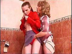 Lesbianas juguetonas, Lesbianas jugando play, Lesbianas en el baño, Lesbian en el baño, Iniciadas, A las dos