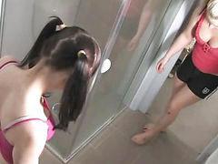 Niña en la ducha, Jovencitas en las duchas, Jovencitas duchandose, En el oeste, A las dos, Ninas en la ducha